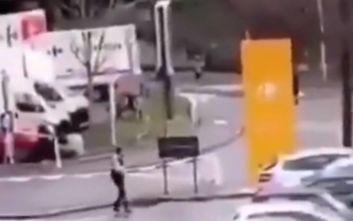 Επίθεση με μαχαίρι στη Γαλλία: Η στιγμή που οι αστυνομικοί πυροβολούν τον δράστη