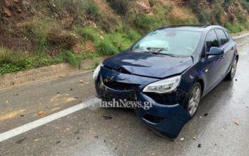 Φωτογραφίες από πέτρα που έπεσε πάνω σε αυτοκίνητο στα Χανιά λόγω της κακοκαιρίας