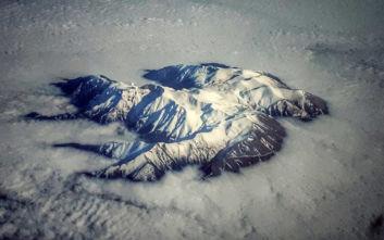 Εντυπωσιακή εικόνα με τον χιονισμένο Όλυμπο που ξεπροβάλλει μέσα από τα σύννεφα