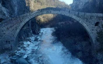 Ήπειρος: Πάγωσε το ποτάμι στο πέτρινο γεφύρι του Κόκκορη στο Ζαγόρι