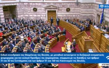 Το χειροκρότημα των βουλευτών για τον Τρύφωνα Αλεξιάδη