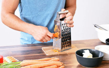 Πώς θα γίνει το τρίψιμο του τυριού ευκολότερο και… καθαρότερο