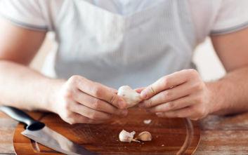 Ο άπαιχτος τρόπος να καθαρίσεις σκόρδο σε λιγότερο από… 10 δευτερόλεπτα