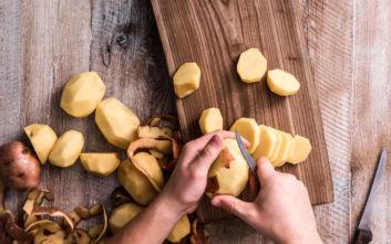 Το λάθος που κάνουμε όταν καθαρίζουμε πατάτες