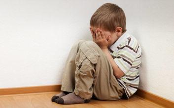 Γιατρός κατηγορείται ότι ασελγούσε για 9 χρόνια στον ανήλικο θετό γιο του