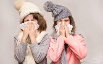 Κορονοϊός: Τα πιο συνηθισμένα συμπτώματα στα παιδιά - Πώς ξεχωρίζουμε το απλό κρυολόγημα