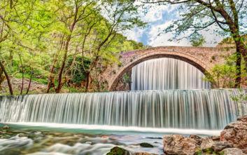Οι εντυπωσιακοί καταρράκτες και το πέτρινο γεφύρι της Παλαιοκαρυάς