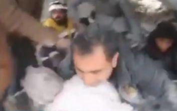 Καρέ - καρέ η διάσωση παιδιού μέσα από τα συντρίμμια βομβαρδισμένου κτιρίου στη Συρία