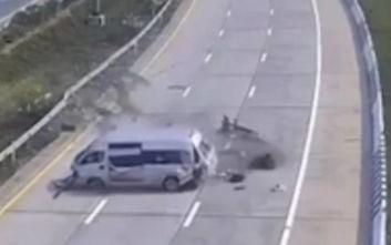 Τρομακτικό τροχαίο: Η στιγμή που τουρίστες πετάγονται έξω από λεωφορείο