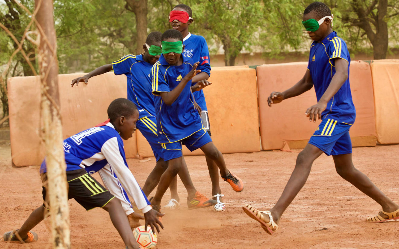 Η μπάλα για τα τυφλά παιδιά που κουδουνίζει αγάπη και χαρά