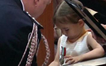 Αυστραλία: Κόρη νεκρού πυροσβέστη παίρνει το κράνος και το μετάλλιο του στην κηδεία του