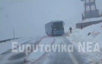 Σχολικό λεωφορείο με 20 μαθητές εγκλωβίστηκε στα χιόνια στην Ευρυτανία