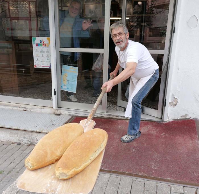 Φούρναρης στην Κοζάνη πήρε μέτρα για τον κορονοϊό και προσφέρει ψωμί με το… φτυάρι 3