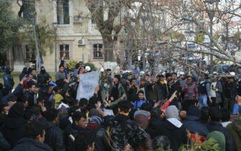 Έκρυθμη η κατάσταση στη Μυτιλήνη – Νεαροί με κράνη και ρόπαλα έκαναν ελέγχους σε Έλληνες και ξένους