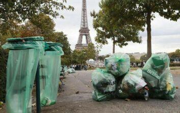 Η πόλη του φωτός γέμισε σκουπίδια και δυσοσμία