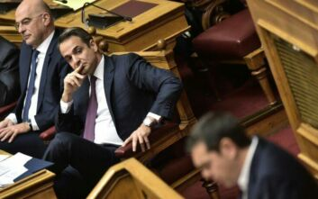 Η μάχη των αρχηγών στη Βουλή: Αντεπίθεση Μητσοτάκη για εργασιακά και κατώτατο μισθό