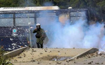 Τα ΜΑΤ δέχθηκαν επίθεση έξω από την πόλη της Μυτιλήνης και αποκλείστηκαν σε στρατόπεδο