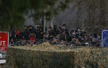 Δύσκολη νύχτα στις Καστανιές: Χιλιάδες μετανάστες παραμένουν στα σύνορα