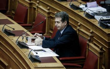 Ποιο βιβλίο διάβαζε ο Μιχάλης Χρυσοχοΐδης μέσα στη Βουλή