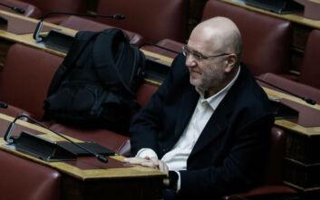 Ευδιάθετος και χαμογελαστός στη Βουλή ο Τρύφων Αλεξιάδης μετά την περιπέτεια υγείας του