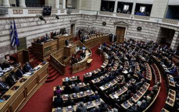 Ο «γαλάζιος» βουλευτής που μπήκε αργοπορημένος στην αίθουσα της Ολομέλειας
