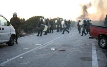 Σύγκρουση με χημικά και κρότου λάμψης στη Λέσβο για την κλειστή δομή