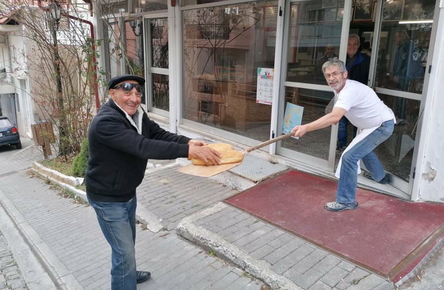 Φούρναρης στην Κοζάνη πήρε μέτρα για τον κορονοϊό και προσφέρει ψωμί με το… φτυάρι 4