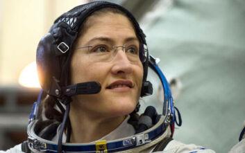 Η στιγμή που η αστροναύτης Κριστίνα Κόουκ επέστρεψε στη Γη μετά από παραμονή - ρεκόρ στο διάστημα