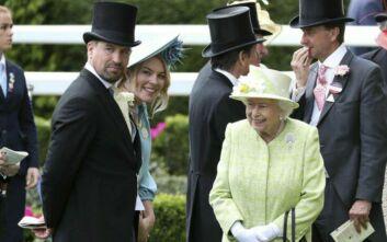 Νέο... χτύπημα για τη βασίλισσα Ελισάβετ: Παίρνει διαζύγιο ο εγγονός της Πίτερ Φίλιπς