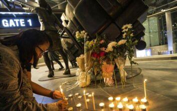 Οι κάτοικοι της Νακόν Ρατσασίμα τιμούν τα θύματα του μακελειού στο εμπορικό κέντρο Terminal 21