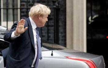 Υπό σφοδρές πιέσεις ο Τζόνσον υπόσχεται «μαζική» αύξηση των τεστ για κορονοϊό - 2.352 νεκροί στη Βρετανία