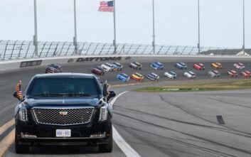 Στην πίστα του ράλι NASCAR με την εντυπωσιακή λιμουζίνα του ο Ντόναλντ Τραμπ