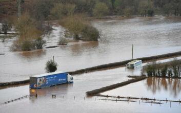 Η καταιγίδα Ντένις σφυροκοπά τη Βρετανία: Πλημμύρες και μεγάλα προβλήματα στις μεταφορές