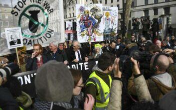 Διαδήλωση στο Λονδίνο για τον Tζούλιαν Ασάνζ - Μεταξύ τους και ο Γιάνης Βαρουφάκης