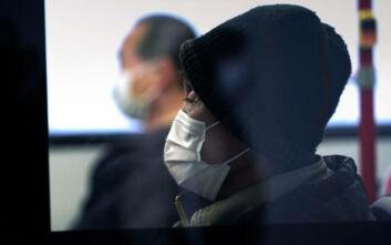 Κορονοϊός: Ποια είναι τα συμπτώματα και πότε πρέπει να επισκεφθούμε γιατρό
