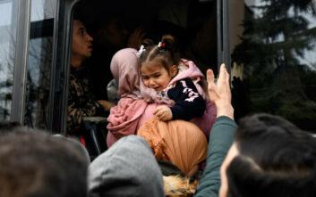 Παιχνίδια εκβιασμού του Ερντογάν με όπλο ανθρώπινες ψυχές - Με δωρεάν λεωφορεία μεταφέρουν οι Τούρκοι τους πρόσφυγες