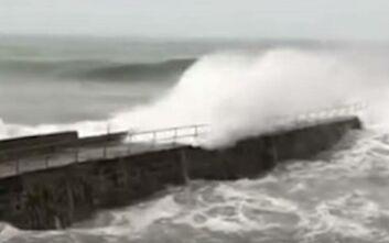 Σαρώνει την Βρετανία η καταιγίδα Ντένις