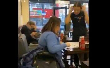 Βίντεο με την επική απάντηση σερβιτόρας όταν της ζητήθηκε να εκκενώσει καφετέρια στο Λονδίνο