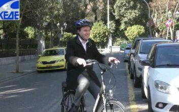 Με ηλεκτρικό ποδήλατο πήγε στο Μαξίμου ο πρόεδρος της ΚΕΔΕ
