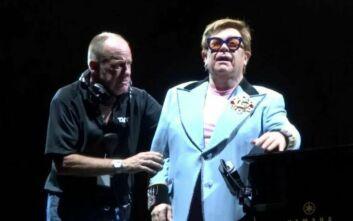 Ο Έλτον Τζον ξεσπά σε δάκρυα την ώρα της συναυλίας λίγες ώρες αφού διαγνώστηκε με πνευμονία