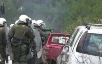 Άνδρες των ΜΑΤ σπάνε αυτοκίνητο ντόπιου στη Λέσβο