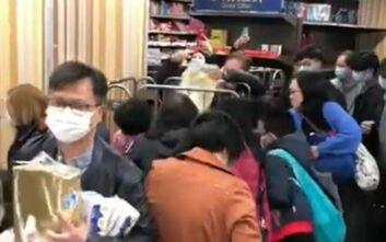 Κοροναϊός: Πανικόβλητοι πολίτες αγοράζουν χαρτί υγείας στο Χονγκ Κονγκ