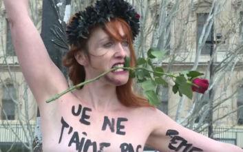 Αλυσοδέθηκαν γυμνόστηθες σε γέφυρα σε ένδειξη διαμαρτυρίας με αφορμή τον Άγιο Βαλεντίνο