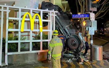 Οδηγός τζιπ εκσφενδονίστηκε από εξαώροφο πάρκινγκ και προσγειώθηκε στο απέναντι πεζοδρόμιο