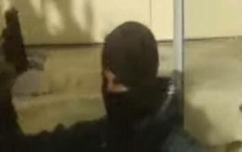 Νέο βίντεο με τον ειδικό φρουρό που έβγαλε όπλο στην ΑΣΟΕΕ
