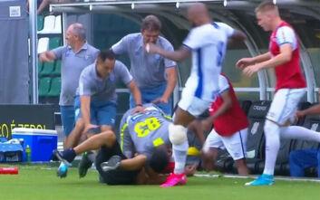 Ξύλο σε αγώνα στη Βραζιλία: Ποδοσφαιριστής πήγε να κλωτσήσει φίλαθλο στο κεφάλι και πέτυχε συμπαίκτη του
