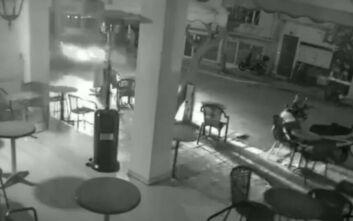 Σοκαριστικό βίντεο με αυτοκίνητο που τρέχει με ιλιγγιώδη ταχύτητα και εκτοξεύει μηχανάκι στην Πρέβεζα