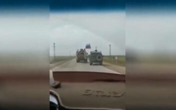 «Στενό μαρκάρισμα» ρωσικού στρατιωτικού τζιπ από αμερικανικό όχημα στη Συρία