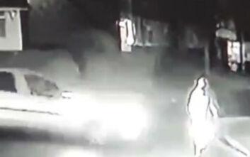 Σοκαριστικό βίντεο με οδηγό που χτυπάει 70χρονο πεζό και τον εγκαταλείπει να κείτεται στον δρόμο