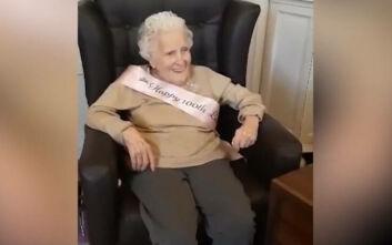 Γιαγιά 100 ετών γιορτάζει τα γενέθλιά της τραγουδώντας